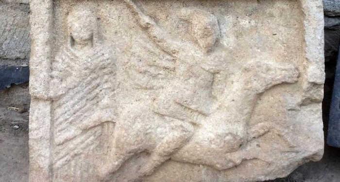 Хорошо сохранившийся фрагмент древней надгробной плиты с барельефным изображением всадника в доспехах обнаружили, опять же, в некрополе Кыз-Аул