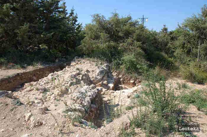 Объект принадлежит к Кеми-Обинской археологической культуре (эпохи неолита) и может быть частью крепостной стены древнего городища, которая простиралась от восточного побережья бухты Омега (Круглая) до западного берега бухты Стрелецкая
