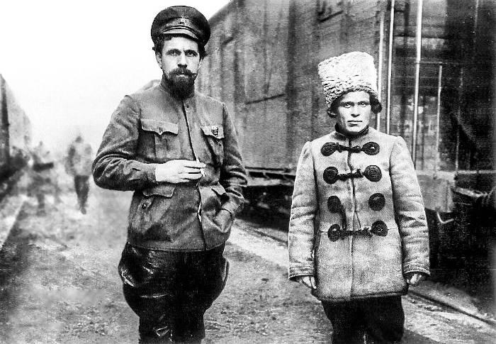 Павел Дыбенко и Нестор Махно на станции Пологи