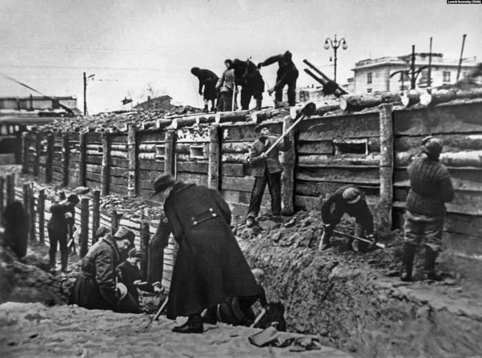 Московская область. Кунцево. Октябрь 1941 г. Жители города на строительстве укреплений на Можайском шоссе в ходе обороны Москвы.