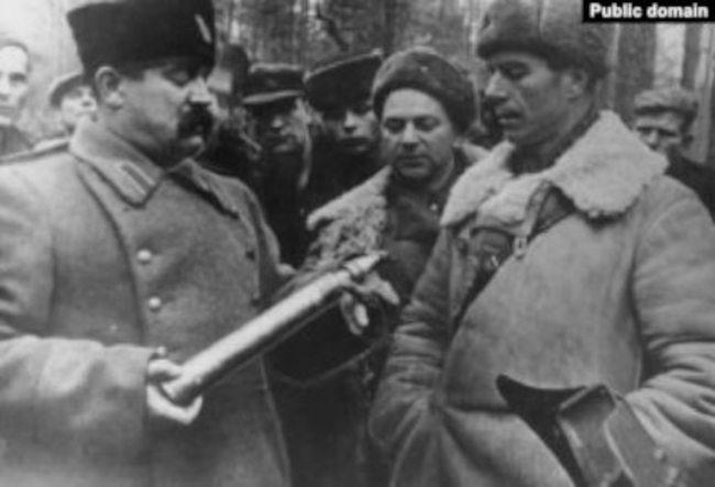 Дмитрий Медведев и его заместитель по разведке А.А. Лукин демонстрирует А.Ф. Федорову трофейный образец нового немецкого снаряда, 1943 год
