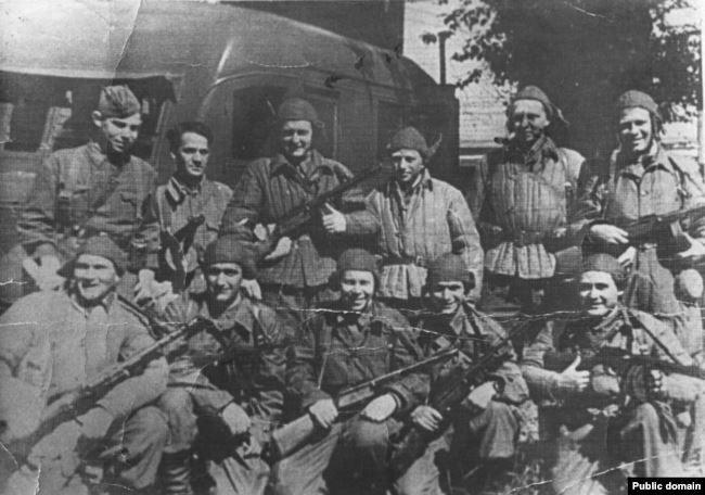 Константин Пастаногов (вверху справа) с сослуживцами