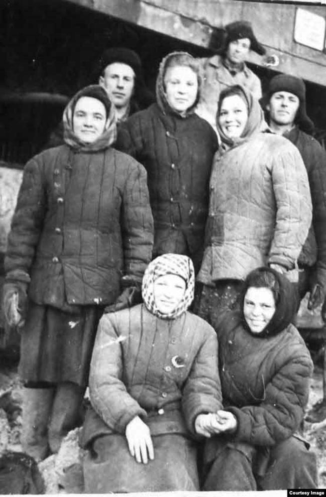 Ирина Рогова в техникуме на практике (в верхнем ряду в центре)