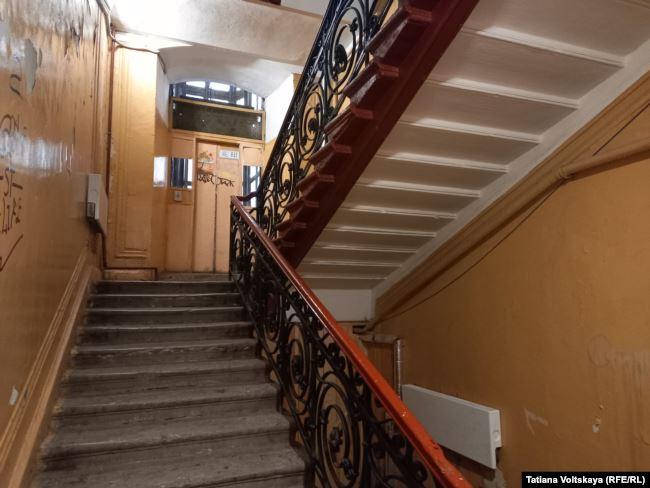 Лестница дома на Конной, 10, на которой в первую блокадную зиму лежали неубранные мертвые тела