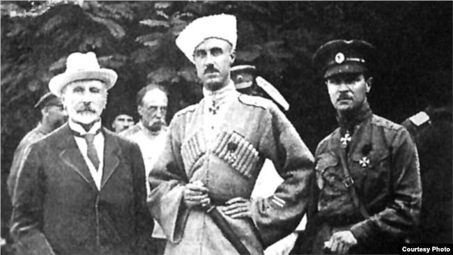 барон Петр Врангель (по центру)