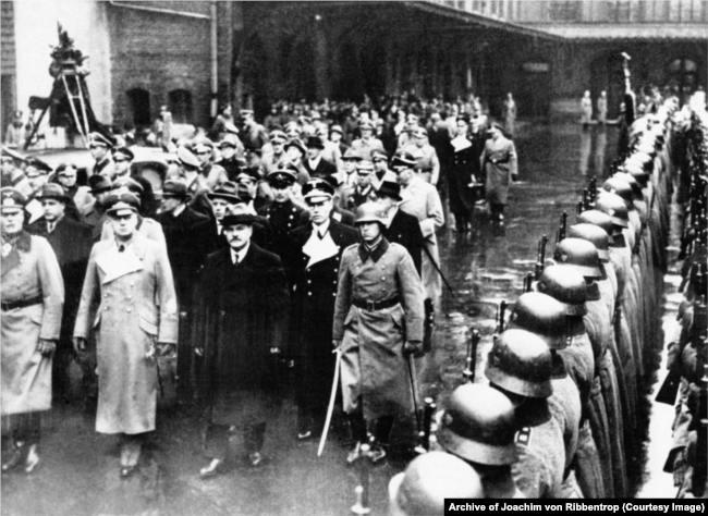 Вячеслав Молотов с Иоахимом фон Риббентропом и фельдмаршалом Вильгельмом Кейтелем обходят почётный караул, 12 ноября 1940 года, Берлин