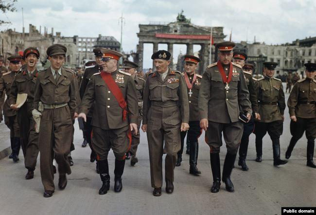 В центре - маршал Жуков, британский фельдмаршал Монтгомери, маршал Рокоссовский