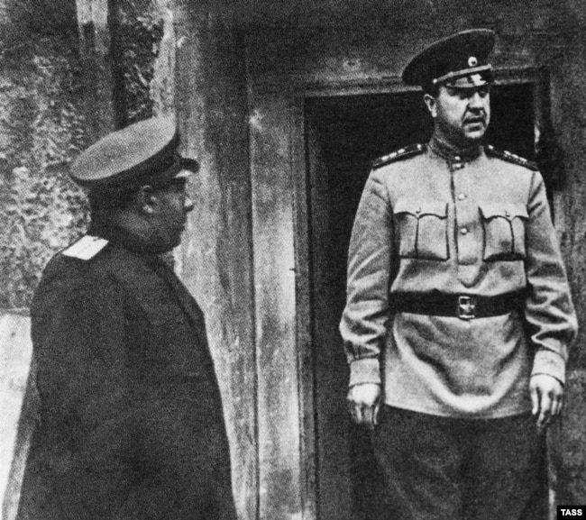 Начальник СМЕРШа Виктор Абакумов на фронте, 1945 год