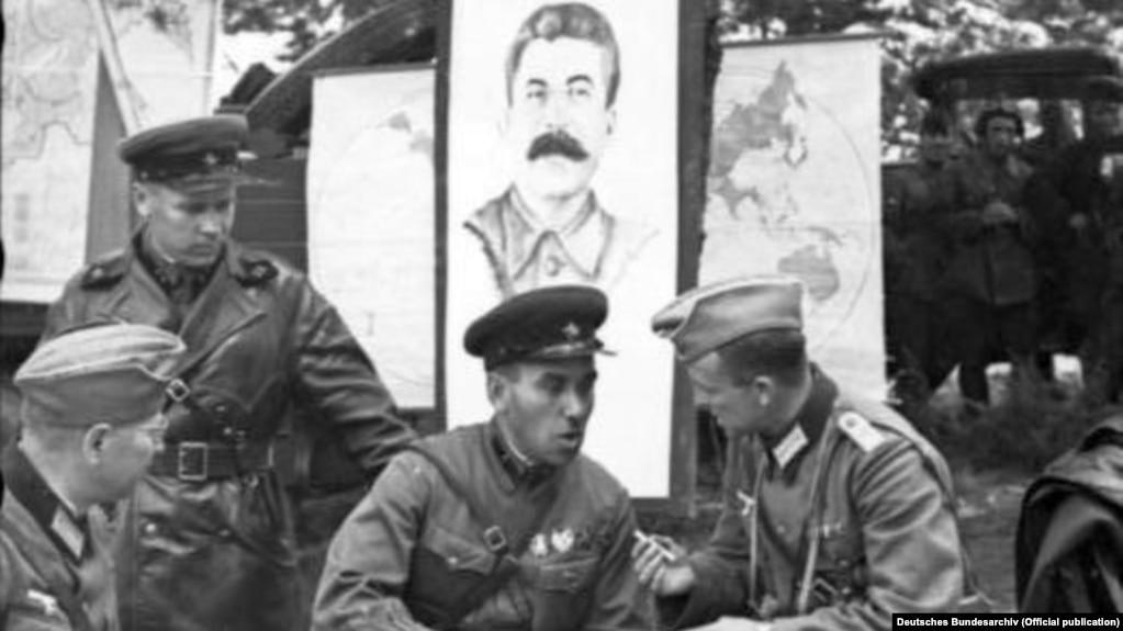 военнослужащие Третьего Рейха и советские командиры во время совместной оккупации польского Бреста
